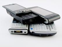Pilha da pilha de diversos telefones móveis modernos PDA fotografia de stock