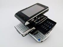 Pilha da pilha de diversos telefones móveis modernos PDA foto de stock