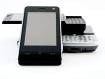 Pilha da pilha de diversos telefones móveis modernos PDA fotos de stock royalty free