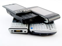 Pilha da pilha de diversos telefones móveis modernos PDA Fotos de Stock