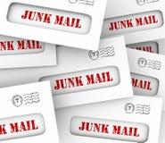 A pilha da pilha do correio não solicitado envolve o marketing direto que anuncia Lett Imagens de Stock