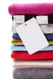 Pilha da roupa com etiqueta em branco Imagens de Stock