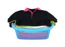 Pilha da roupa na cesta no fundo branco (com pancadinha do grampeamento Fotografia de Stock