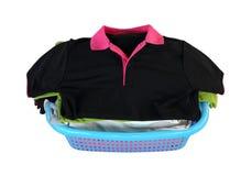 Pilha da roupa na cesta no fundo branco (com pancadinha do grampeamento Imagem de Stock