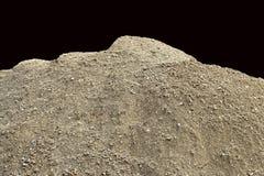 A pilha da sujeira unsifted natural com seixos pequenos e apedreja encaixado - isolado em um fundo preto Imagem de Stock