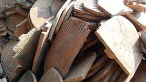 Pilha da telha de telhado velha aposentada no local da renovação Imagem de Stock