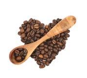 Pilha dada forma coração dos feijões de café isolados Fotografia de Stock
