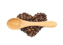 Pilha dada forma coração dos feijões de café isolados Fotos de Stock Royalty Free