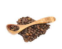 Pilha dada forma coração dos feijões de café isolados Fotografia de Stock Royalty Free