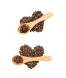 Pilha dada forma coração dos feijões de café isolados Imagem de Stock