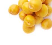 Pilha das ameixas amarelas múltiplas isoladas Imagens de Stock Royalty Free