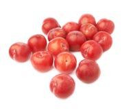 Pilha das ameixas vermelhas múltiplas isoladas Fotos de Stock