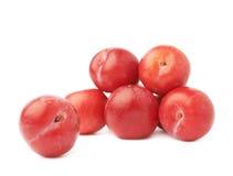 Pilha das ameixas vermelhas múltiplas isoladas Fotografia de Stock Royalty Free