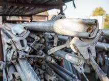 Pilha das barras de metal usadas em um canteiro de obras foto de stock royalty free