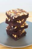 Pilha das brownies do chocolate e da amêndoa em uma placa Fotos de Stock Royalty Free
