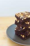 Pilha das brownies do chocolate e da amêndoa em uma placa Imagem de Stock