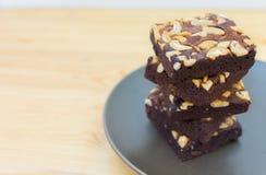 Pilha das brownies do chocolate e da amêndoa em uma placa Foto de Stock