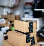 Pilha das caixas de cartão uma da prima das Amazonas acima de outra fotos de stock royalty free