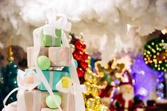 Pilha das caixas de presente decoradas na árvore de Natal com Papai Noel Fotografia de Stock Royalty Free