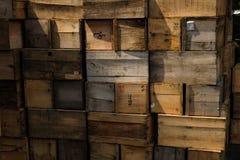 Pilha das caixas fundo resistido das caixas de madeira Foto de Stock Royalty Free