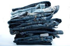 Pilha das calças de brim Imagens de Stock
