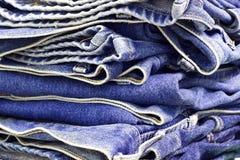 Pilha das calças de brim Imagem de Stock