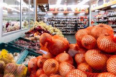 Pilha das cebolas no mantimento do supermaket fotos de stock royalty free