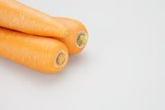 Pilha das cenouras colocadas no canto esquerdo superior Imagens de Stock