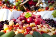Pilha das cerejas fora Fotografia de Stock Royalty Free