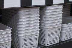 Pilha das cestas brancas na loja fotografia de stock royalty free