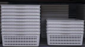 Pilha das cestas brancas na loja fotos de stock