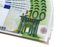 Pilha das contas de moeda do Euro 100 isolada Fotos de Stock