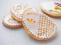 Pilha das cookies de açúcar da Páscoa vitrificadas com crosta de gelo real fotos de stock