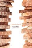 Pilha das fatias de pão de centeio preto e do pão branco com uma crosta friável em um fundo branco Término decorativo, beira Isol Fotos de Stock Royalty Free