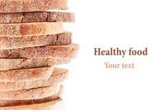Pilha das fatias do pão branco com uma crosta friável em um fundo branco Término decorativo, beira Isolado Arte do conceito Imagens de Stock Royalty Free