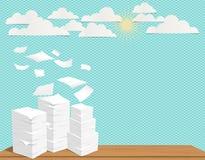 Pilha das folhas e do papel brancos do voo no fundo de turquesa com nuvens e sol Imagem de Stock