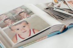 Pilha das fotografias impressas que encontram-se na desordem fotografia de stock
