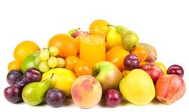 Pilha das frutas em torno de um vidro do suco Fotografia de Stock Royalty Free