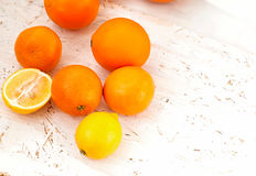 Pilha das laranjas e dos limões na tabela Fotos de Stock Royalty Free