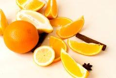 Pilha das laranjas e dos limões na tabela Foto de Stock Royalty Free