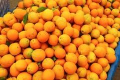Pilha das laranjas indicadas no mercado do alimento Imagem de Stock