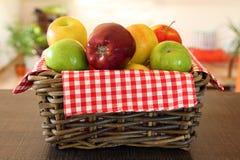 Pilha das maçãs na cesta de vime Imagem de Stock
