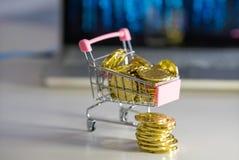 Pilha das moedas Carro com bitcoins fotos de stock royalty free