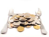 Pilha das moedas, da colher e da forquilha, dinheiro do baht tailandês, finança Fotografia de Stock