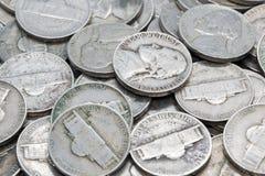 Pilha das moedas de níquel que colocam em se imagens de stock
