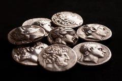 Pilha das moedas de prata do grego clássico Fotografia de Stock Royalty Free