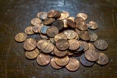 Pilha das moedas de um centavo na tabela fotografia de stock