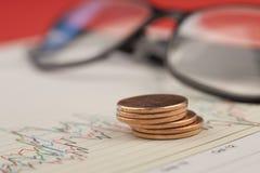 Pilha das moedas de um centavo no gráfico. Fotos de Stock Royalty Free
