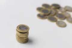 Pilha das moedas do Euro em um fundo branco Imagens de Stock Royalty Free