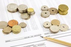 Pilha das moedas do mundo na conta de financiamento que resume para c financeiro Fotos de Stock Royalty Free